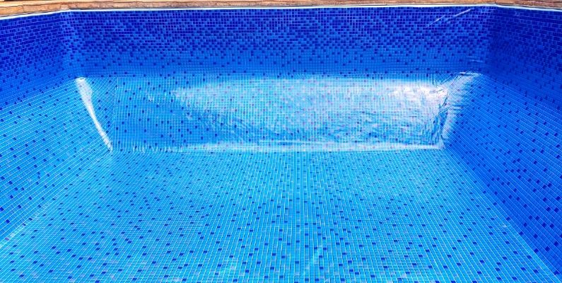 image of an empty vinyl liner pool with blue patterned lining